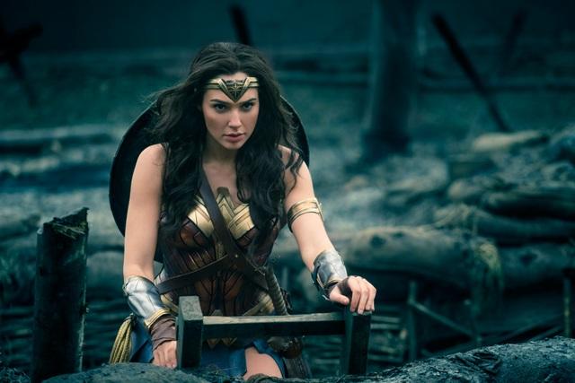 Mỹ nhân Wonder Woman nghẹt thở vì... phục trang bó sát - 1