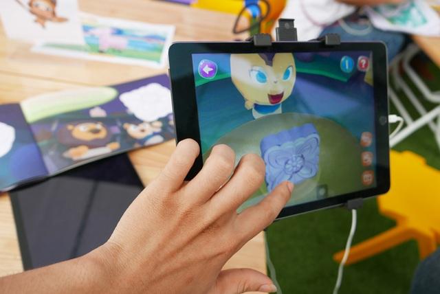 Một gian giới thiệu sản phẩm sách 4D - ứng dụng cho phép thiết bị di động nhận biết nội dung sách, tạo hiệu ứng trên màn hình tương ứng với nội dung.