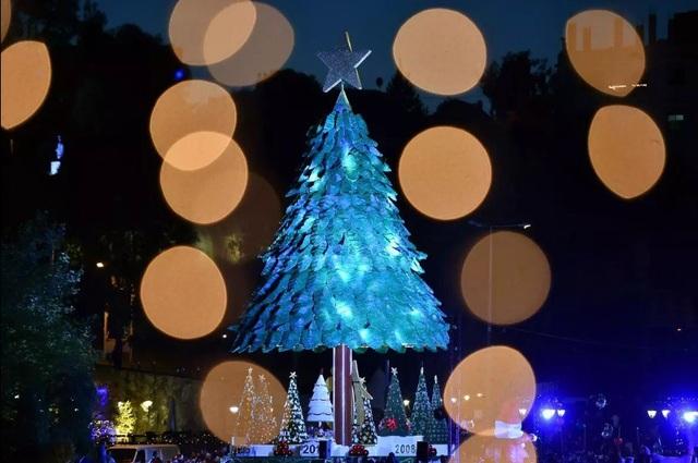 Cây thông Giáng sinh nhân tạo cao 28m nằm ở thành phố Zgharta, Lebanon.