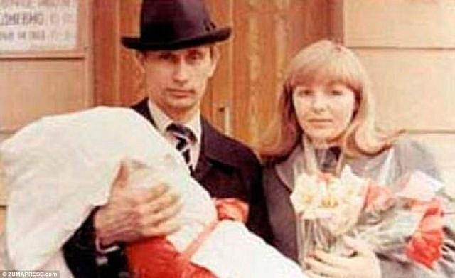 Ông Putin cùng vợ và con gái.