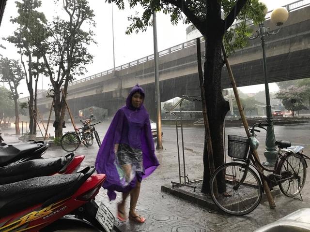 Hà Nội hạ nhiệt với trận mưa lớn. (Ảnh: Quang Phong)