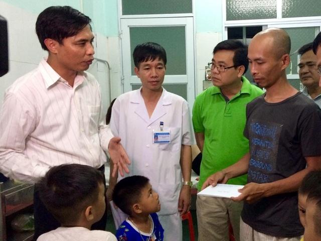 Ông Vũ Văn Diện, Phó Chủ tịch UBND tỉnh đến bệnh viện thăm hỏi, động viên nạn nhân (ảnh CTV)