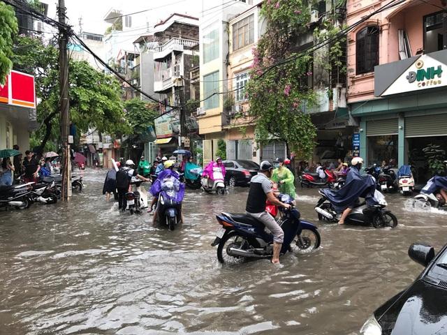 Hỗn loạn tránh đường ngập ở ngã ba Tô Vĩnh Diện - Hoàng Văn Thái (Ảnh: Bảo Trung)
