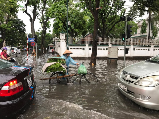 """Hình ảnh người Hà Nội """"vượt lũ"""" sau trận mưa như trút - 4"""