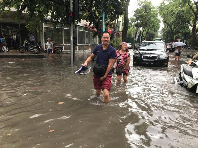 """Hình ảnh người Hà Nội """"vượt lũ"""" sau trận mưa như trút - 5"""