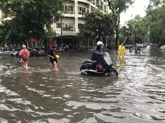 """Hình ảnh người Hà Nội """"vượt lũ"""" sau trận mưa như trút - 6"""