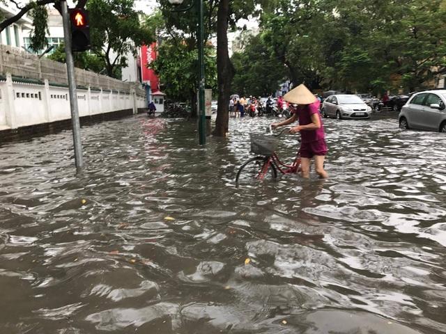 """Hình ảnh người Hà Nội """"vượt lũ"""" sau trận mưa như trút - 7"""