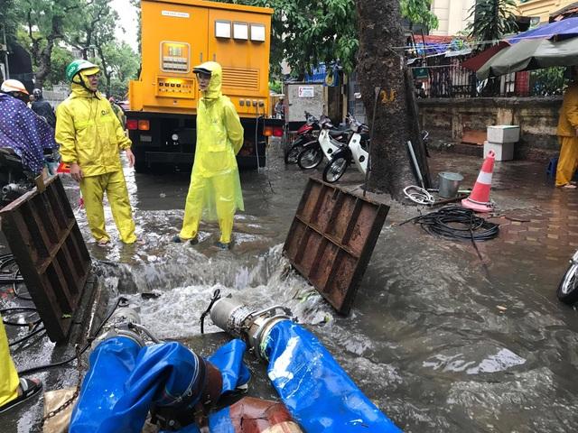 Hà Nội ngập, tắc nhiều nơi sau trận mưa lớn diện rộng - 4