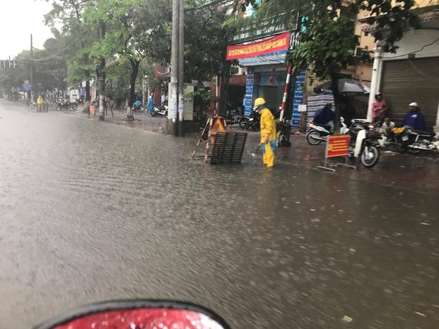 Hà Nội ngập, tắc nhiều nơi sau trận mưa lớn diện rộng - 2