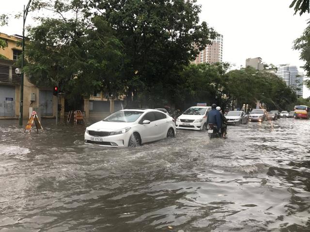 Hà Nội ngập, tắc nhiều nơi sau trận mưa lớn diện rộng - 9