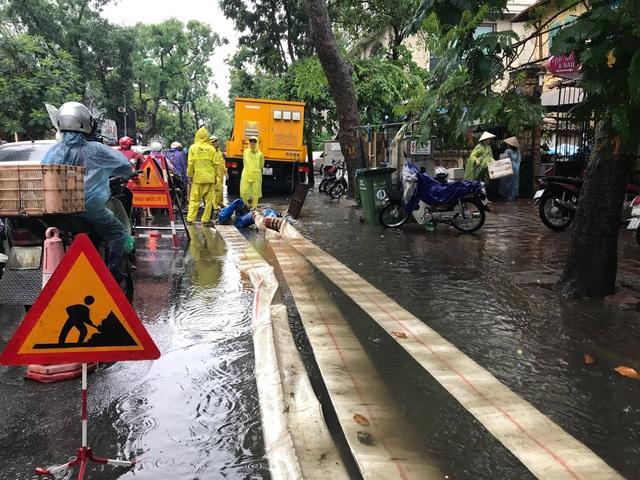 Máy bơm lưu động hút nước ngập trên đường Lý Thường Kiệt.