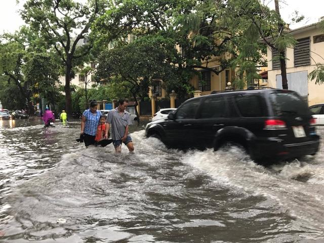 Người đi bộ tránh sóng trên đường phố Thủ đô.