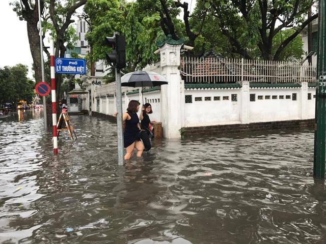 """Hình ảnh người Hà Nội """"vượt lũ"""" sau trận mưa như trút - 9"""