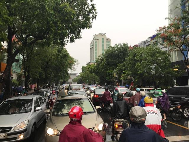 Ùn tắc sau mưa lớn trên đường Trần Hưng Đạo.