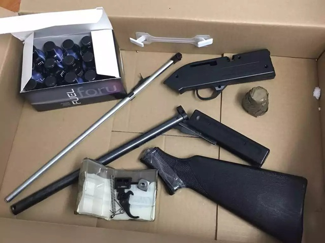Khám xét người và nơi ở của đối tượng, công an thu giữ gần chục khẩu súng cùng đạn (ảnh minh họa)