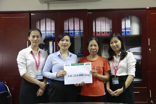 ThS. BS. Vũ Thị Hồng Phương - Trưởng phòng Tổ chức cán bộ - Phụ trách Phòng Công tác Xã hội thay mặt trao quà bạn đọc Dân trí đến chị Thấm.
