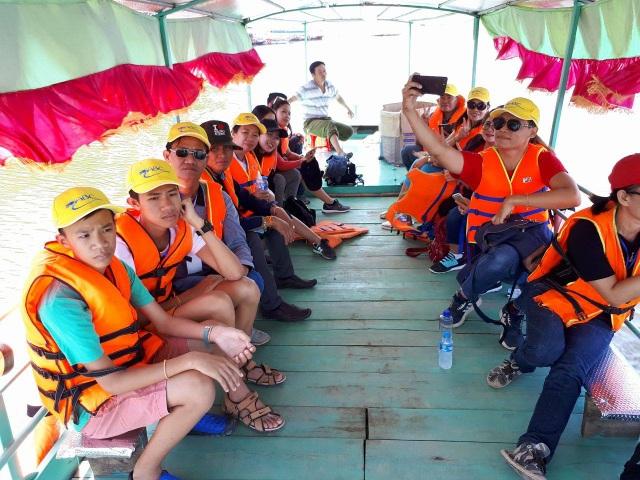 Du khách Lào khám phá đảo chè Thanh Chương, một địa điểm du lịch mới nổi tại Nghệ An