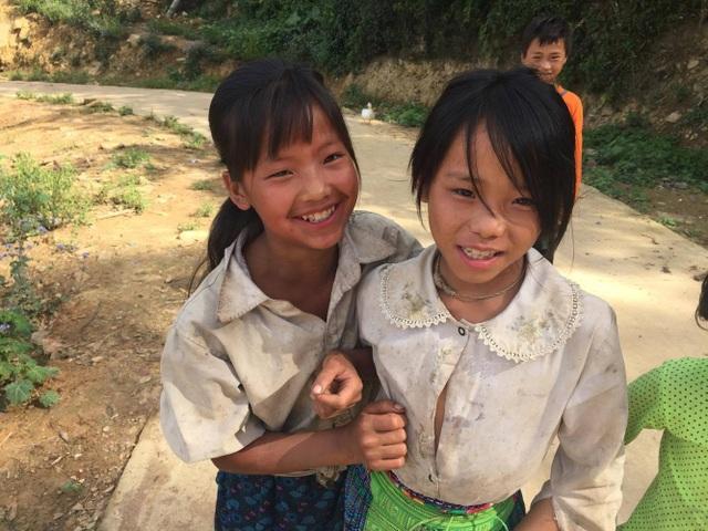 Nụ cười hồn nhiên của các em học sinh trong những bộ quần áo cáu bẩn