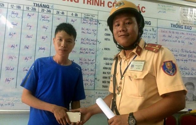 Anh Linh nhận lại tài sản từ CSGT.
