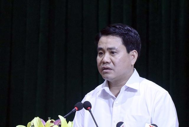 Ông Nguyễn Đức Chung phát biểu tại hội trường làm rõ những vấn đề người dân xã Đồng Tâm còn băn khoăn trong buổi công bố dự thảo kết luận thanh đất.