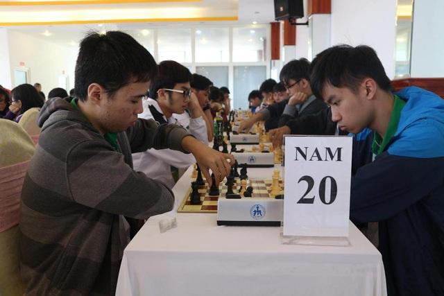 Các VĐV tranh tài ở nội dung cờ nhanh lứa tuổi U20