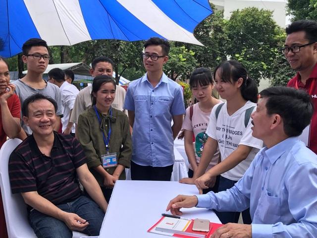 PGS.TS Trần Văn Tớp đang tư vấn cho thí sinh và phụ huynh