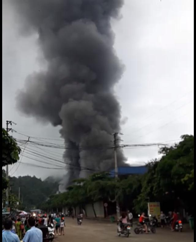 Hơn 1.000 người chữa đám cháy chợ cực lớn ở cửa khẩu Tân Thanh - 3