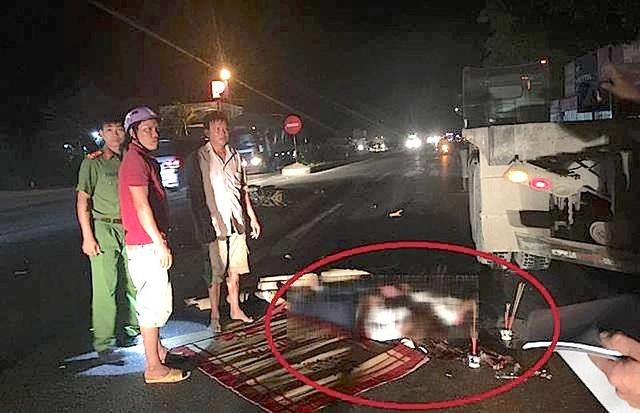 Hiện trường vụ tai nạn làm 2 người chết, 1 người bị thương trên quốc lộ 1A vào đêm 9/7.