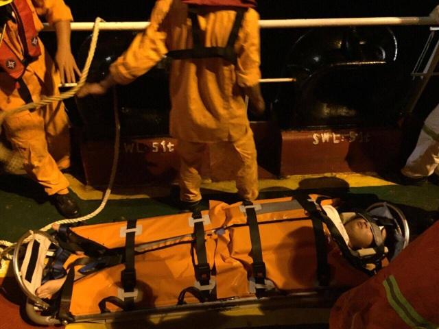 Thuyền viên Cui Jisheng (quốc tịch Trung Quốc) được lực lượng cứu nạn đưa về đất liền an toàn vào sáng 12/7 - Ảnh: Nhatrang MRCC