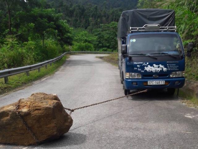 Tiến hành kéo hòn đá vào lề đường.