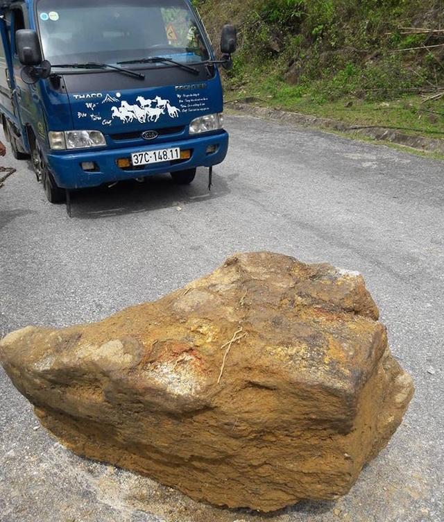 Hòn đá nặng tầm gần 1 tấn nằm giữa đường khiến cho giao thông trên quốc lộ 48 trở nên nguy hiểm. Đặc biệt là vào ban đêm, nếu người đi đường không quan sát kỹ dễ bị húc vào hòn đá.