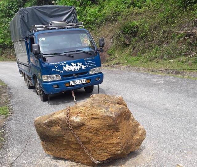 """Nam thanh niên """"kéo"""" hòn đá gần 1 tấn khỏi mặt đường - 8"""