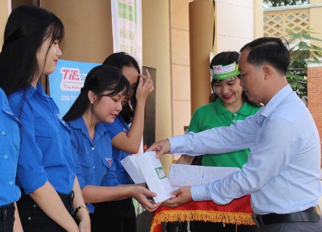 """Trao học bổng """"Vì tương lai Việt Nam"""" cho học sinh có hoàn cảnh khăn."""