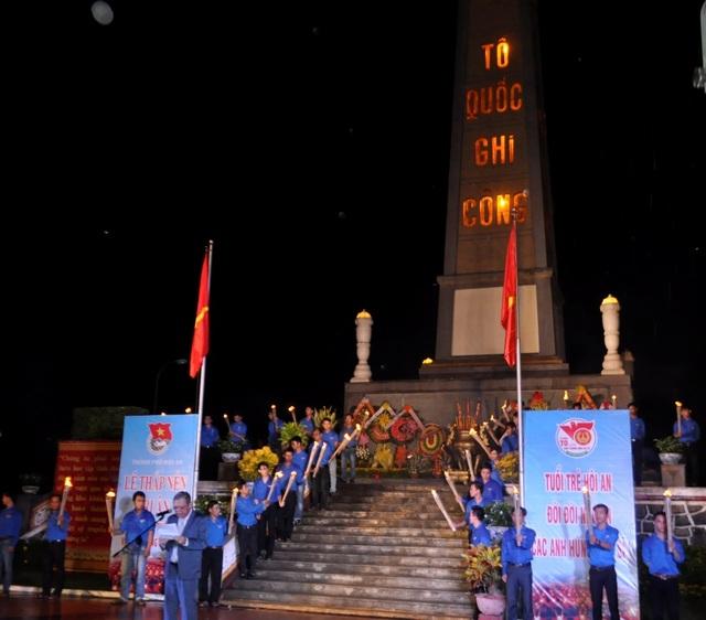 Gần 500 Đoàn viên thanh niên TP Hội An thắp nhang tri ân các anh hùng liệt sĩ