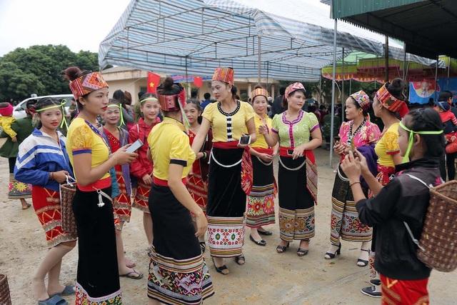 Trưởng Ban Nội chính Trung ương tặng quà, múa lăm vông cùng dân bản - 4