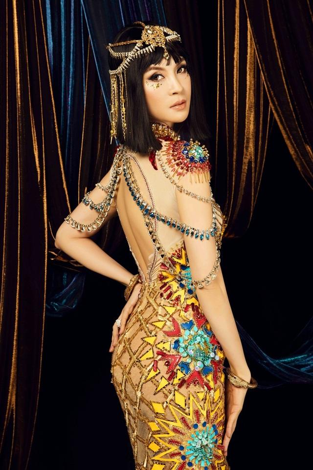 Vốn có vóc người mảnh mai như thiên nga, Thanh Mai rất phù hợp với những bộ đầm sexy và cầu kỳ hoặc đơn giản nhưng vẫn toát lên vẻ sang trọng.