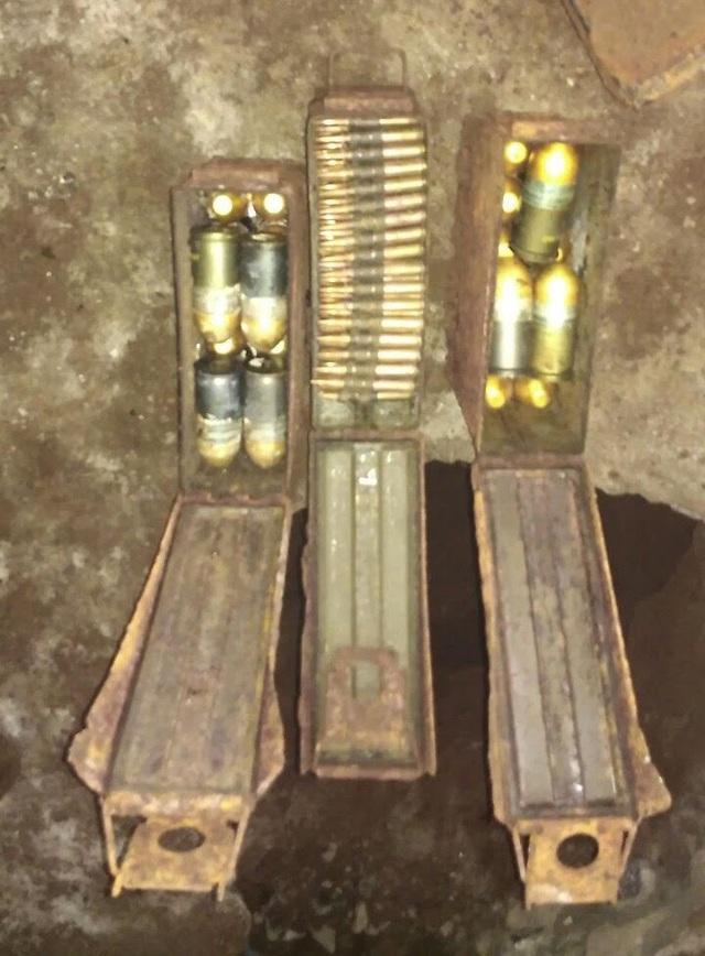 Lực lượng chức năng thu gom số đạn pháo