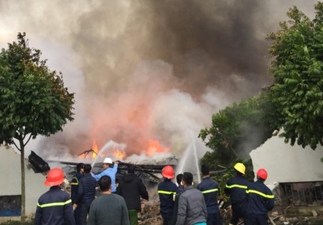 Lực lượng chữa cháy tích cực dập lửa