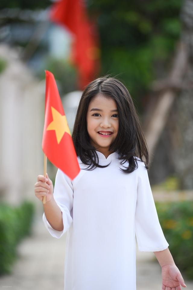 Ngày 2/9, bé Bảo Hân được mẹ đưa đi chơi, ăn mừng ngày lễ lớn của cả nước.