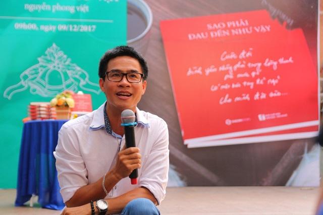 """Nguyễn Phong Việt vài năm trở lại đây, năm nào cũng cho ra mắt một tập thơ đầy chất """"bolero""""."""