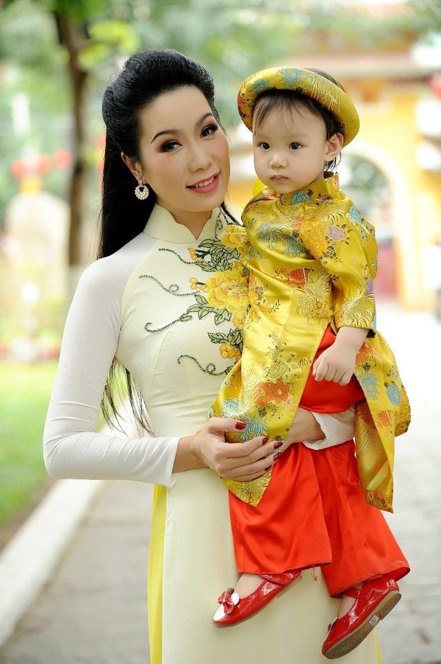 Trịnh Kim Chi duyên dáng đi lễ chùa đầu năm cùng con gái - 6