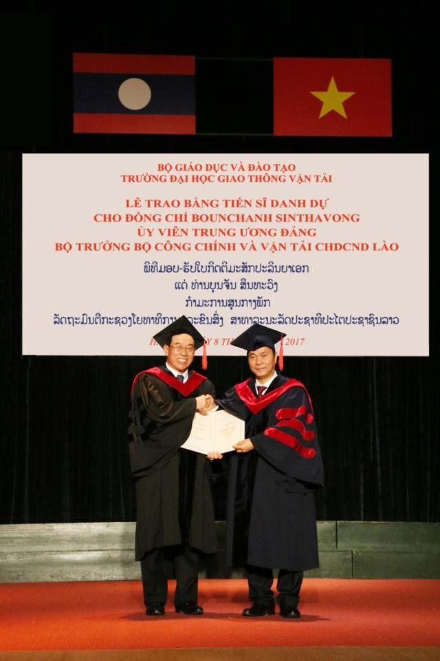 Tiến sĩ Bounchanh Sinthavong - Ủy viên TƯ Đảng, Bộ trưởng Bộ Công chính và vận tải nước CHDCND Lào nhận bằng Tiến sĩ danh dự của trường ĐH Giao thông vận tải