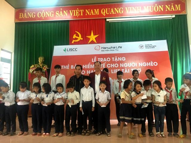 Đại diện Hanwha Life Việt Nam tại Đắc Nông đang trao bảng tượng trưng thẻ bảo hiểm y tế cho chính quyền địa phương.