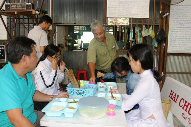 Từ ngày về hưu, ông Lê Thanh Nghị - nguyên Phó trưởng công an huyện An Phú cùng bạn bè lập bếp ăn từ thiện phục vụ học sinh, bà con nghèo trên địa bàn huyện An Phú
