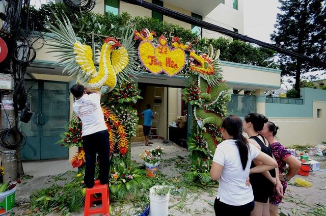 Nghệ nhân đang gia công cổng hoa.