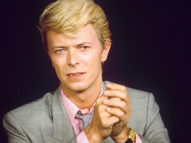 """Sự ra đi của nam ca sĩ người Anh David Bowie hồi tháng 1 năm nay đã khiến người hâm mộ """"lùng sục"""" tìm mua đĩa than của ông. Trong năm 2016, David Bowie chính là nghệ sĩ có số lượng đĩa than tiêu thụ mạnh nhất tại Anh."""