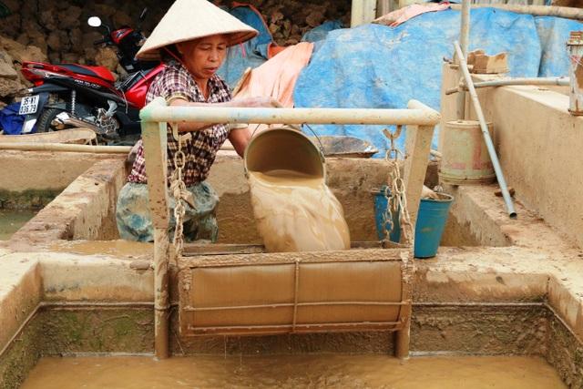 Trải qua nhiều năm thăng trầm, đến nay nghề gốm Gia Thủy vẫn đứng vững và ngày càng phát triển mạnh. Sản phẩm được tiêu thụ trong nước và xuất khẩu đi nước ngoài. Để làm ra được một sản phẩm gốm phải trải qua rất nhiều công đoạn. Trong ảnh: Đất sét được lọc kỹ trước khi đem phơi để làm gốm.