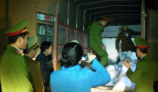 Chiếc xe tải chở hơn 1 tấn mỡ động vật không rõ nguồn gốc bị bắt giữ