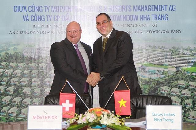 Mr. Hannes Romauch – TGĐ Eurowindow Nha Trang (bên phải) trong lễ kí kết hợp tác với Tập đoàn Movenpick Hotels & Resorts Thụy Sỹ