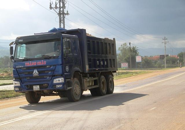 Một xe chở cát cơi nới thùng vi phạm quy định phạm luật